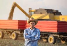 Landwirt auf Feld während der Ernte lizenzfreies stockfoto