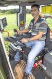 Landwirt auf landwirtschaftlicher Maschine lizenzfreie stockbilder