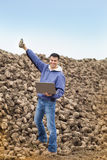 Landwirt auf Zuckerrübenstapel Stockbild