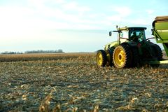 Landwirt bereit, die geerntete Maisernte zu transportieren Stockfotografie