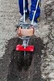 Landwirt bereitet Boden für das Säen durch Pflüger vor Stockfoto