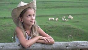 Landwirt Child mit dem Weiden lassen von Schafen, Schäfer auf dem Gebiet, Mädchen-Porträt auf Weide 4K stock video footage