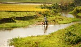 Landwirt, der am Ackerland arbeitet Lizenzfreie Stockfotos