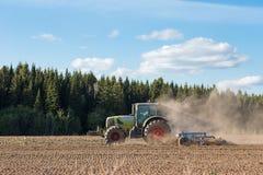 Landwirt, der Ackerland vorbereitet Stockbild