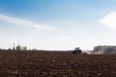 Landwirt, der Ackerland vorbereitet Lizenzfreies Stockbild