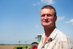 Landwirt, der auf den Gebieten arbeitet Stockfotografie