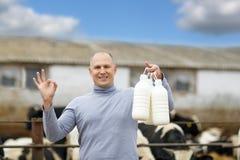 Landwirt, der an Bauernhof mit Milchkühen arbeitet Lizenzfreies Stockbild