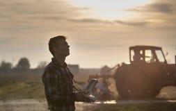 Landwirt, der Brummen über Ackerland navigiert Stockbilder