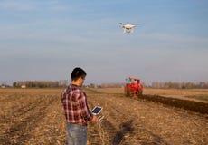 Landwirt, der Brummen über Ackerland navigiert lizenzfreie stockfotos