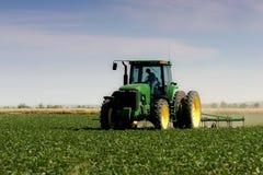 Landwirt, der das Feld pflügt Lizenzfreie Stockfotografie