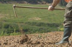 Landwirt, der an dem Bauernhof arbeitet Stockfotos