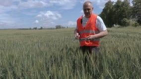 Landwirt, der die Getreide säubert stock footage
