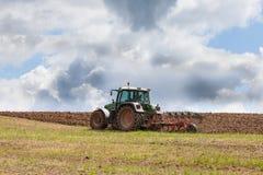 Landwirt, der ein überwintertes Feld bereit zum Pflanzen pflügt Stockbild