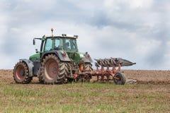 Landwirt, der ein Feld für das Pflanzen - pflügend vorbereitet Stockbilder