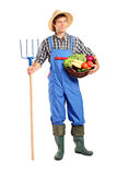 Landwirt, der eine Heugabel und eine Wanne anhält Lizenzfreies Stockbild