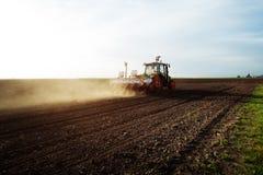 Landwirt, der Ernten am Feld sät Lizenzfreies Stockbild