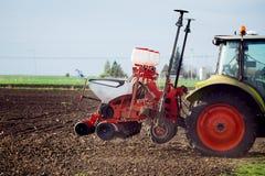 Landwirt, der Ernten am Feld sät Stockbild