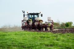 Landwirt, der Ernten am Feld sät Stockfotos