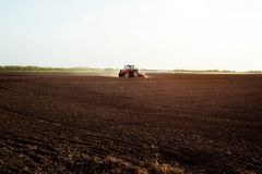 Landwirt, der Ernten am Feld sät Stockfoto