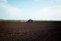 Landwirt, der Ernten am Feld sät Lizenzfreie Stockfotografie