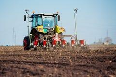 Landwirt, der Ernten am Feld sät Lizenzfreie Stockbilder