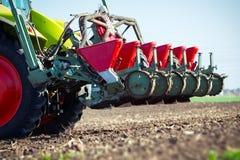 Landwirt, der Ernten am Feld sät Stockfotografie