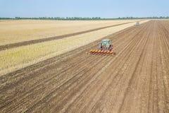 Landwirt, der Ernten am Feld sät Säen von Vogelperspektive Stockfotografie