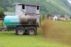 Landwirt, der flüssiges Düngemittel ausbreitet Stockbilder