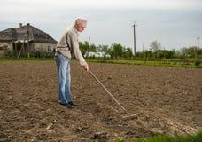 Landwirt, der im Garten arbeitet Lizenzfreie Stockbilder