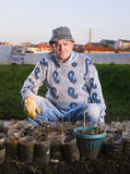 Landwirt, der Kamera sitzt und betrachtet Lizenzfreie Stockfotografie