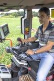 Landwirt in der landwirtschaftlichen Maschine lizenzfreie stockfotografie