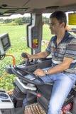 Landwirt in der landwirtschaftlichen Maschine lizenzfreie stockbilder