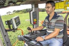 Landwirt in der Maschine lizenzfreies stockbild