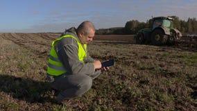 Landwirt in der Mitte des Feldes mit einem Tabletten-PC stock video