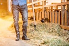 Landwirt an der Scheune Stockfoto