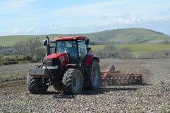 Landwirt, der sein Erntefeld in Sussex bearbeitet Lizenzfreie Stockfotos
