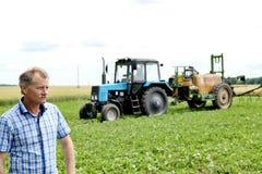 Landwirt, der Sojabohnenfeld überprüft Die einzigartige Technologie des Wachsens lizenzfreie stockfotos