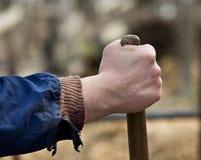 Landwirt, der Stock der Schaufel hält Lizenzfreies Stockbild