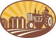 Landwirt, der Weinlese-Traktor-Retro- Holzschnitt antreibt Stockfoto
