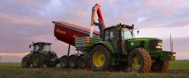Landwirt Filling Fertilizer Spreaders mit Harnstoff Stockbilder