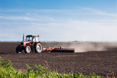 Landwirt im Traktor stockfoto