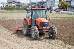 Landwirt im Traktor, der Land für das Säen vorbereitet lizenzfreies stockbild