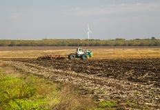 Landwirt im Traktor, der Land vorbereitet Lizenzfreies Stockfoto