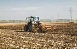 Landwirt im Traktor, der Land vorbereitet Lizenzfreie Stockbilder