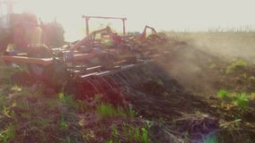Landwirt im Traktor pflügt Russland-steadicam Bewegungs-Landwirtschaftsboden das vorbereitende Grundland mit Saatbeetlebensstil stock video