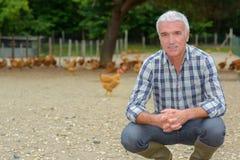Landwirt innerhalb des Hühnerhofs lizenzfreies stockbild