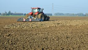 Landwirt ist im Tonboden entsetzlich lizenzfreie stockfotos