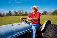 Landwirt mäht das Feld Stockfotografie