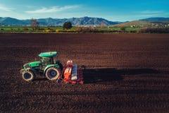 Landwirt mit dem Traktor, der Ernten am Feld sät Stockfoto