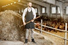 Landwirt mit Heu im Stall lizenzfreie stockfotos